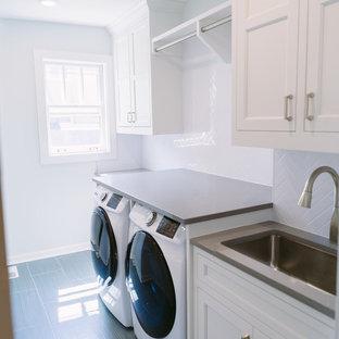 Idéer för mellanstora vintage parallella grått tvättstugor enbart för tvätt och med garderob, med en enkel diskho, vita skåp, bänkskiva i kvarts, vita väggar, klinkergolv i keramik, grått golv och luckor med infälld panel