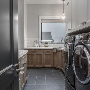 Idéer för ett mellanstort klassiskt vit parallellt grovkök, med en undermonterad diskho, luckor med infälld panel, bruna skåp, bänkskiva i kvartsit, grå väggar, klinkergolv i keramik, en tvättmaskin och torktumlare bredvid varandra och blått golv