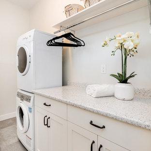 Foto på en liten vintage linjär tvättstuga enbart för tvätt, med skåp i shakerstil, vita skåp, grå väggar, vinylgolv, en tvättpelare, bänkskiva i kalksten och beiget golv