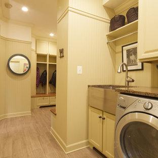 Пример оригинального дизайна: маленькая параллельная универсальная комната в стиле современная классика с раковиной в стиле кантри, гранитной столешницей, полом из керамической плитки и фасадами с утопленной филенкой