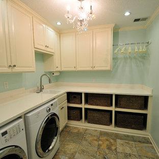 Inspiration för mellanstora shabby chic-inspirerade l-formade tvättstugor enbart för tvätt, med en nedsänkt diskho, luckor med upphöjd panel, vita skåp, bänkskiva i koppar, blå väggar, en tvättmaskin och torktumlare bredvid varandra, laminatgolv och flerfärgat golv