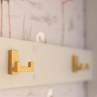 Неиссякаемый источник вдохновения для домашнего уюта: отдельная, угловая прачечная среднего размера в стиле фьюжн с врезной раковиной, фасадами в стиле шейкер, серыми фасадами, столешницей из кварцевого агломерата, розовым фартуком, фартуком из керамической плитки, белыми стенами, полом из керамогранита, со стиральной и сушильной машиной рядом, белым полом и белой столешницей