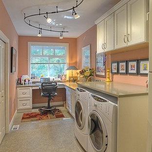 Immagine di una grande lavanderia multiuso minimal con lavello sottopiano, ante lisce, ante bianche, top in quarzo composito, pareti arancioni, pavimento con piastrelle in ceramica e lavatrice e asciugatrice affiancate