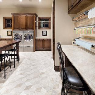 Inspiration för ett mycket stort medelhavsstil u-format grovkök, med luckor med upphöjd panel och en tvättmaskin och torktumlare bredvid varandra
