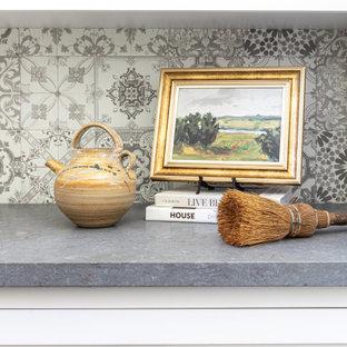 Idéer för en mellanstor lantlig grå u-formad liten tvättstuga, med en rustik diskho, skåp i shakerstil, vita skåp, bänkskiva i kvarts, flerfärgad stänkskydd, stänkskydd i keramik, vita väggar, klinkergolv i porslin, en tvättmaskin och torktumlare bredvid varandra och grått golv