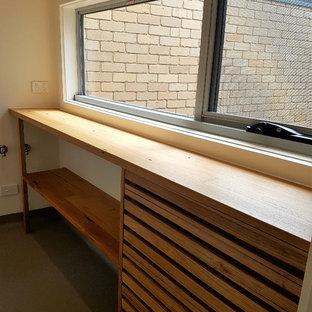 Esempio di una piccola sala lavanderia design con nessun'anta, ante in legno chiaro, top in legno, pareti bianche, pavimento in linoleum e pavimento grigio