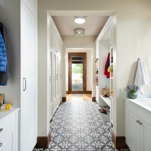 Idéer för att renovera ett stort vintage vit parallellt vitt grovkök, med luckor med lamellpanel, vita skåp, bänkskiva i kvartsit, vita väggar, klinkergolv i porslin, en tvättmaskin och torktumlare bredvid varandra, svart golv och en undermonterad diskho
