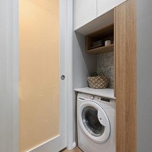 Idee per un piccolo ripostiglio-lavanderia nordico con ante lisce, ante in legno chiaro, top in quarzo composito, pareti grigie, pavimento in vinile, pavimento beige e top bianco