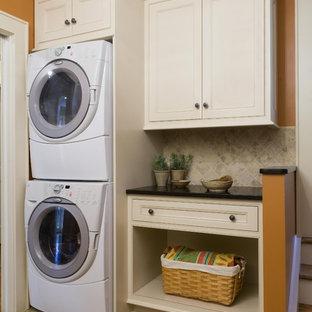 Ispirazione per una lavanderia chic con pareti arancioni e lavatrice e asciugatrice a colonna