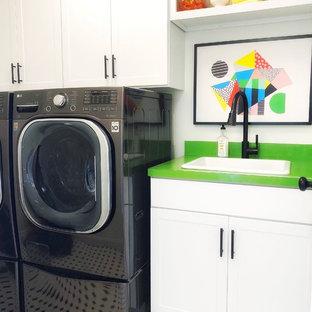 Пример оригинального дизайна: отдельная прачечная в стиле кантри с накладной раковиной, фасадами в стиле шейкер, белыми фасадами, белыми стенами, со стиральной и сушильной машиной рядом, разноцветным полом и зеленой столешницей