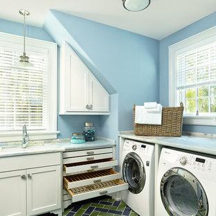 Inspiration för en mellanstor vintage l-formad tvättstuga enbart för tvätt, med en undermonterad diskho, skåp i shakerstil, vita skåp, blå väggar, en tvättmaskin och torktumlare bredvid varandra och flerfärgat golv