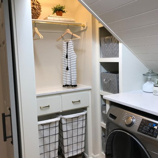 Ejemplo de cuarto de lavado de galera, ecléctico, pequeño, con armarios estilo shaker, puertas de armario blancas, encimera de cuarzo compacto, paredes beige, suelo vinílico, lavadora y secadora juntas y suelo marrón