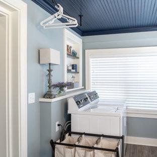 Foto di una lavanderia multiuso chic con pareti blu, pavimento in gres porcellanato, lavatrice e asciugatrice affiancate, pavimento marrone, soffitto in legno e pannellatura