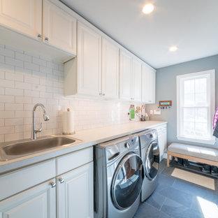 Esempio di una sala lavanderia chic di medie dimensioni con lavello sottopiano, ante con bugna sagomata, ante bianche, top in laminato, pareti verdi, pavimento con piastrelle in ceramica, lavatrice e asciugatrice affiancate e pavimento nero