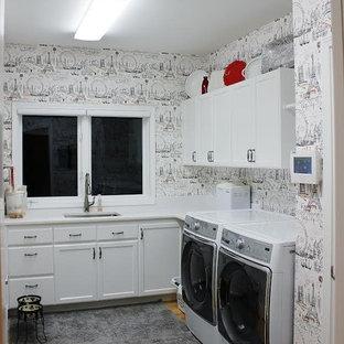 Foto di una grande lavanderia stile shabby con lavello da incasso, ante con bugna sagomata, ante bianche, top in superficie solida, pareti bianche, parquet chiaro e lavatrice e asciugatrice affiancate