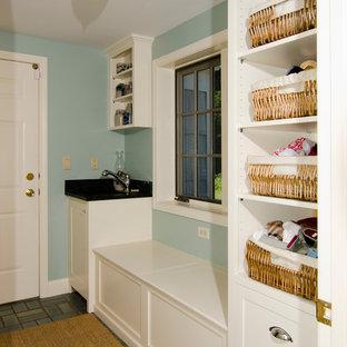 Foto di una sala lavanderia tradizionale di medie dimensioni con ante in stile shaker, ante bianche, lavatrice e asciugatrice affiancate, lavello sottopiano, top in quarzite, pareti blu e pavimento in ardesia