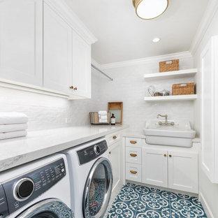 Foto di una piccola sala lavanderia country con lavello stile country, ante bianche, top in quarzo composito, pareti bianche, pavimento con piastrelle in ceramica, lavatrice e asciugatrice affiancate, pavimento blu, top bianco e ante in stile shaker