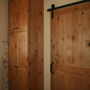 Inspiration för en mellanstor vintage parallell tvättstuga enbart för tvätt, med luckor med infälld panel, skåp i ljust trä, granitbänkskiva, beige stänkskydd, stänkskydd i stenkakel, klinkergolv i porslin, brunt golv, en nedsänkt diskho, beige väggar och en tvättmaskin och torktumlare bredvid varandra