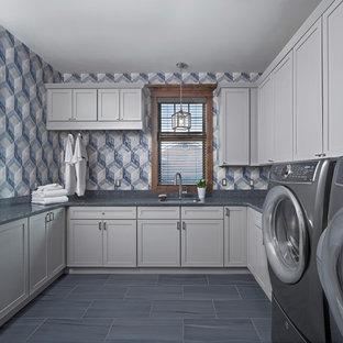 Пример оригинального дизайна: п-образная универсальная комната в стиле рустика с врезной раковиной, фасадами в стиле шейкер, белыми фасадами, синими стенами, полом из керамической плитки, со стиральной и сушильной машиной рядом и синим полом