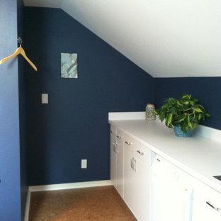 Inspiration för ett mellanstort vintage grovkök, med en enkel diskho, vita skåp, laminatbänkskiva, blå väggar, korkgolv och en tvättmaskin och torktumlare bredvid varandra