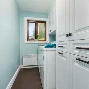 Esempio di una piccola lavanderia multiuso chic con ante con bugna sagomata, ante bianche, pareti blu, pavimento con piastrelle in ceramica, lavatrice e asciugatrice affiancate e pavimento marrone