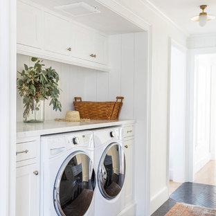 Inspiration för en lantlig vita linjär vitt liten tvättstuga, med skåp i shakerstil, vita skåp, marmorbänkskiva, en tvättmaskin och torktumlare bredvid varandra och svart golv