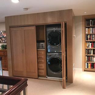 Idéer för en mellanstor klassisk linjär liten tvättstuga, med skåp i shakerstil, skåp i mellenmörkt trä, beige väggar, klinkergolv i porslin och tvättmaskin och torktumlare byggt in i ett skåp