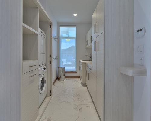 hauswirtschaftsraum mit hellen holzschr nken und porzellan. Black Bedroom Furniture Sets. Home Design Ideas
