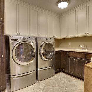 Idéer för en stor klassisk l-formad tvättstuga enbart för tvätt, med skåp i shakerstil, skåp i mörkt trä, bänkskiva i koppar, grå väggar, klinkergolv i keramik, en tvättmaskin och torktumlare bredvid varandra och en undermonterad diskho
