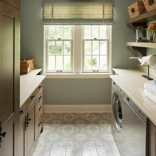 Ispirazione per una sala lavanderia tradizionale con lavello sottopiano, ante in stile shaker, ante in legno bruno, lavatrice e asciugatrice affiancate, pavimento grigio, top beige e pareti grigie