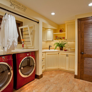Idee per una lavanderia tradizionale con ante beige, pavimento beige e top beige