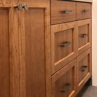 Idéer för mellanstora vintage linjära beige tvättstugor enbart för tvätt, med en enkel diskho, skåp i shakerstil, skåp i mellenmörkt trä, bänkskiva i kvarts, beige väggar, klinkergolv i porslin och grått golv
