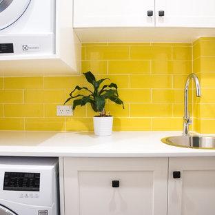 Idee per una piccola sala lavanderia contemporanea con lavello da incasso, ante in stile shaker, ante bianche, top in quarzo composito, pareti bianche, pavimento in gres porcellanato e lavatrice e asciugatrice a colonna