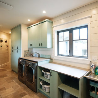 Foto di una grande sala lavanderia country con ante a persiana, ante blu, top in cemento, pareti bianche, pavimento in travertino, lavatrice e asciugatrice affiancate e pavimento beige