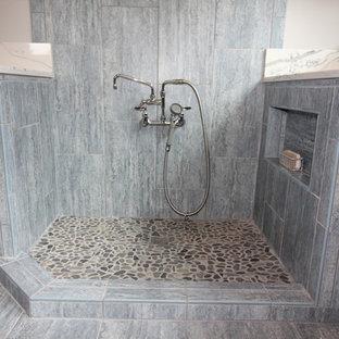 Exempel på en stor klassisk vita u-formad vitt tvättstuga enbart för tvätt, med en dubbel diskho, skåp i shakerstil, skåp i mellenmörkt trä, granitbänkskiva, grå väggar, klinkergolv i keramik, en tvättmaskin och torktumlare bredvid varandra och grått golv