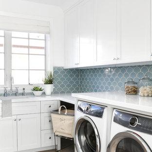 Idee per una sala lavanderia stile marinaro con lavello sottopiano, ante in stile shaker, ante bianche, pareti bianche, pavimento in legno massello medio, lavatrice e asciugatrice affiancate, pavimento marrone e top bianco