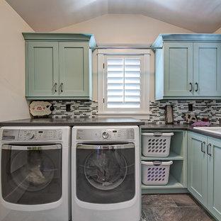 Idéer för en klassisk l-formad tvättstuga enbart för tvätt, med en nedsänkt diskho, skåp i shakerstil, blå skåp, en tvättmaskin och torktumlare bredvid varandra och beige väggar