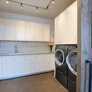 Foto di una sala lavanderia stile americano di medie dimensioni con lavello sottopiano, ante lisce, ante bianche, top in quarzo composito, pavimento in gres porcellanato, lavatrice e asciugatrice affiancate, pavimento marrone e top grigio