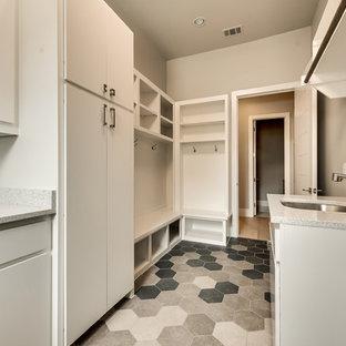 Idéer för att renovera en stor vintage flerfärgade parallell flerfärgat tvättstuga enbart för tvätt, med en undermonterad diskho, släta luckor, vita skåp, bänkskiva i terrazo, beige väggar, klinkergolv i keramik, en tvättmaskin och torktumlare bredvid varandra och flerfärgat golv
