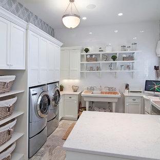 Inspiration för ett vintage u-format grovkök, med en allbänk, luckor med infälld panel, vita skåp, grå väggar och en tvättmaskin och torktumlare bredvid varandra