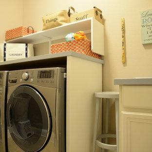 Foto på en liten vintage linjär tvättstuga enbart för tvätt, med luckor med upphöjd panel, vita skåp, träbänkskiva, beige väggar, klinkergolv i keramik och en tvättmaskin och torktumlare bredvid varandra