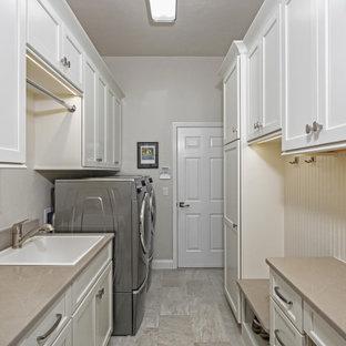 Стильный дизайн: параллельная универсальная комната среднего размера в стиле современная классика с накладной раковиной, фасадами с утопленной филенкой, белыми фасадами, столешницей из кварцевого агломерата, белым фартуком, фартуком из вагонки, бежевыми стенами, со стиральной и сушильной машиной рядом, серым полом и бежевой столешницей - последний тренд