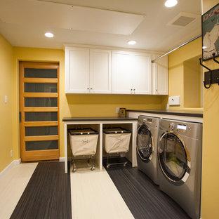 Idéer för stora vintage l-formade grovkök, med skåp i shakerstil, vita skåp, laminatbänkskiva, gula väggar, linoleumgolv och en tvättmaskin och torktumlare bredvid varandra