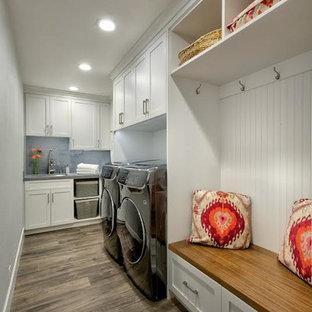 Foto di una lavanderia multiuso chic di medie dimensioni con lavello sottopiano, ante in stile shaker, ante bianche, pareti marroni, lavatrice e asciugatrice affiancate, pavimento marrone, top grigio, top in quarzo composito e pavimento in gres porcellanato