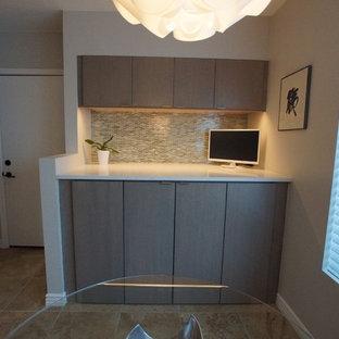 Inspiration pour une buanderie linéaire design de taille moyenne avec un placard, un placard à porte plane, des portes de placard grises, un plan de travail en quartz modifié, un mur gris, des machines côte à côte et un sol beige.
