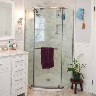 Esempio di una lavanderia multiuso design di medie dimensioni con lavello sottopiano, ante in stile shaker, ante bianche, top in marmo, pareti viola, lavatrice e asciugatrice a colonna e pavimento in gres porcellanato