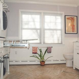 На фото: п-образная универсальная комната среднего размера в современном стиле с врезной раковиной, фасадами в стиле шейкер, белыми фасадами, мраморной столешницей, фиолетовыми стенами, с сушильной машиной на стиральной машине и полом из керамогранита с
