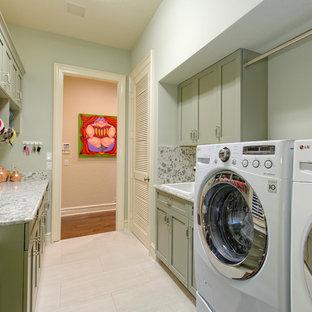Idee per una piccola lavanderia multiuso stile marino con lavello da incasso, ante in stile shaker, ante verdi, top in quarzo composito, pareti verdi, pavimento con piastrelle in ceramica e lavatrice e asciugatrice affiancate