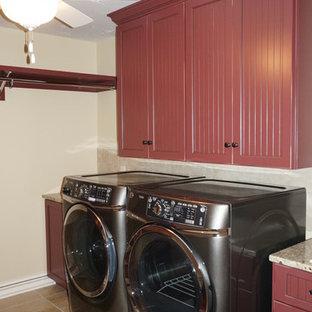 Ispirazione per una sala lavanderia country di medie dimensioni con ante rosse, pareti beige e pavimento in gres porcellanato