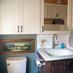 Idéer för små amerikanska linjära brunt grovkök, med en enkel diskho, skåp i shakerstil, vita skåp, träbänkskiva, gröna väggar, skiffergolv och en tvättmaskin och torktumlare bredvid varandra